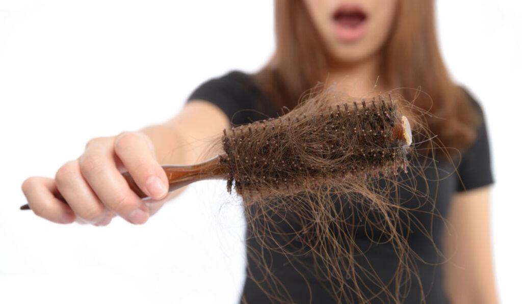 اسباب تساقط الشعر عند النساء وعلاجه